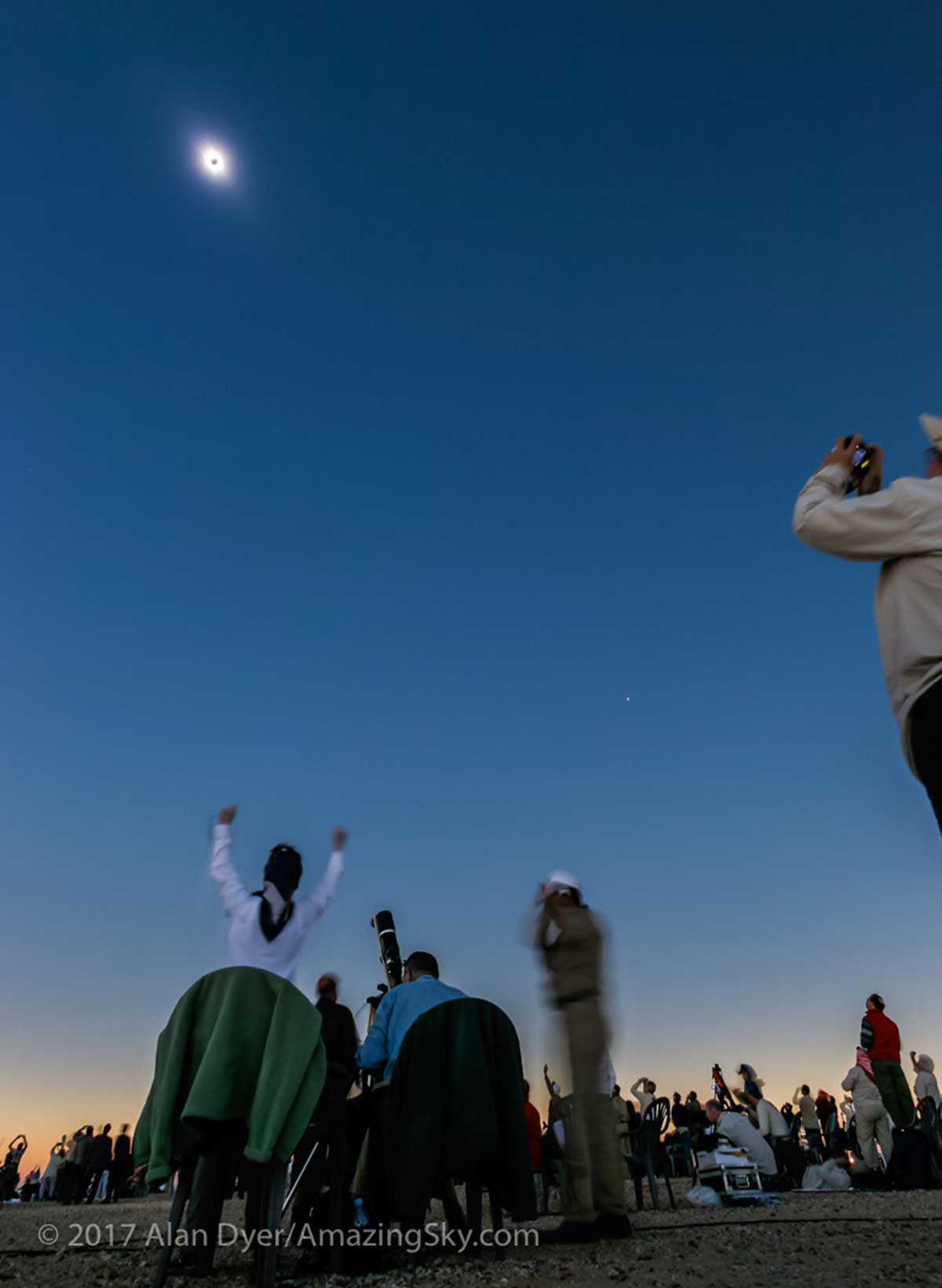 Wide angle photo (10 mm) of eclipse, Libya, 2006 by Alan Dyer ©